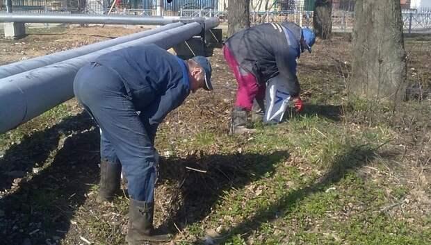 Территорию наружной теплосети очистили на улице Революции в Подольске