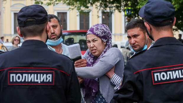 """Докатились! В России начали """"целовать"""" ноги мигрантам"""