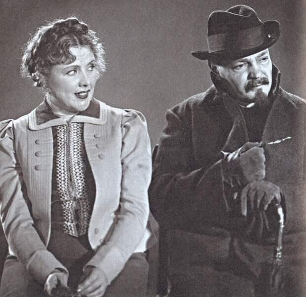 """Ольга Андровская (Варя) и Николай Хмелев (Беликов) в к/ф """"Человек в футляре"""", 1939 год."""