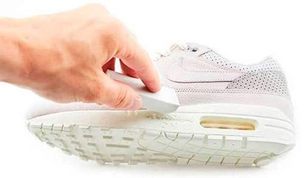 мужчина чистит кроссовок ластиком