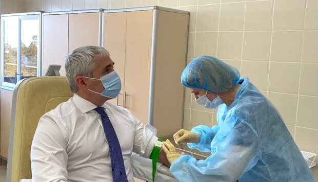 Глава Ноябрьска Алексей Романов вакцинировался от Covid-19