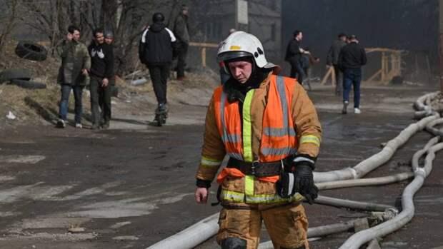 Спасатели тушат полыхающую коммуналку в Адмиралтейском районе Петербурга