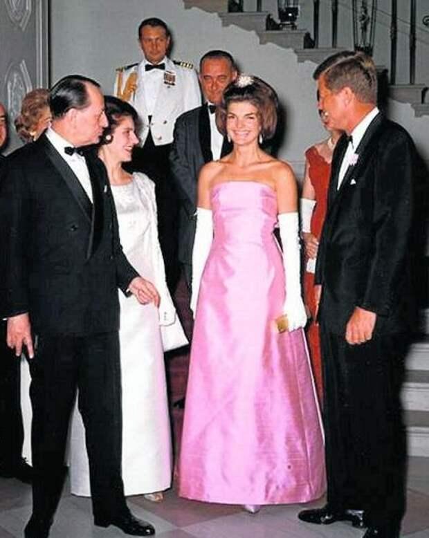 Жаклин Кеннеди тоже не исключала розовый из своего гардероба.
