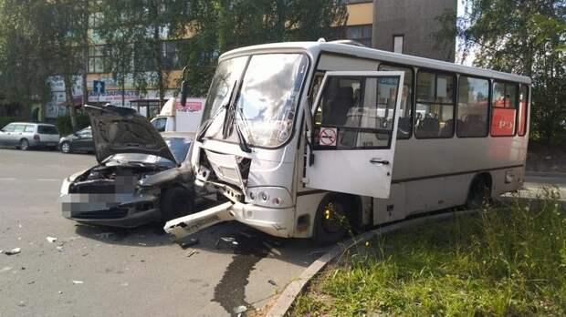 В Петрозаводске маршрутка попала в аварию – пассажирам потребовалась медпомощь