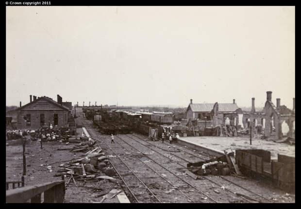 Баррикады и руины железнодорожного вокзала