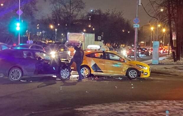 Легковушка столкнулась с такси на улице Маршала Рыбалко