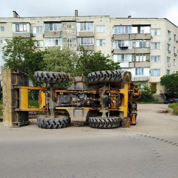 На одной из улиц Севастополя перевернулся трактор