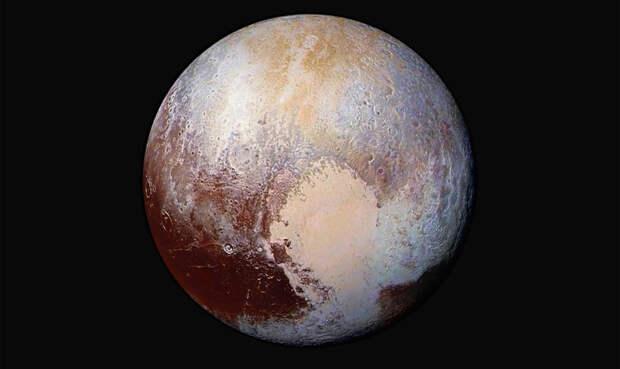 Приветливый Плутон В этом году зонд NASA сделал невероятно близкие снимки Плутона. На одном из них планета повернута таким образом, что можно разглядеть символ сердца. Ученые считают, что оно состоит из смеси метана и азота.