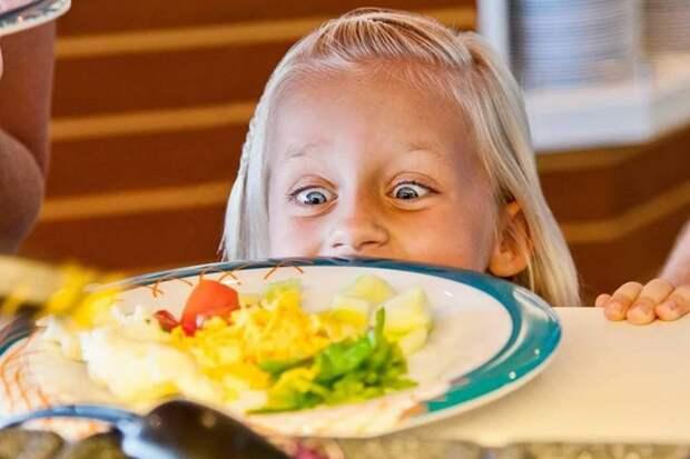 Свекровь живет на даче с внучками и кормит соседей: «Разве можно своих детей за стол посадить, а соседских выставить за порог?»