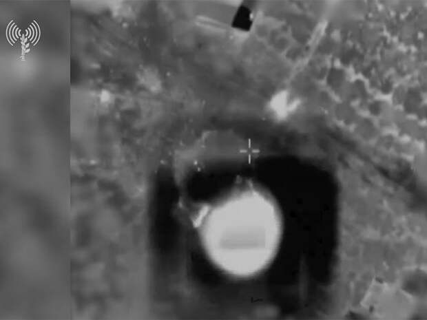 """ВВС Армии обороны Израиля (ЦАХАЛ) атаковали высотное здание в городе Газа, где находились офисы военной разведки террористической организации ХАМАС и редакции нескольких местных СМИ, которые ХАМАС """"намеренно использует как """"живые щиты"""""""