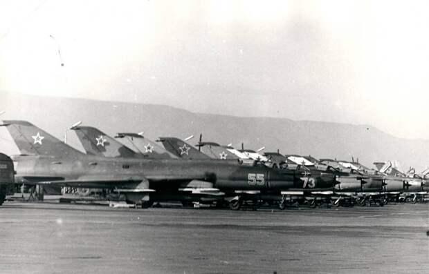 Самолеты Су-17 (С-32) были в 34-м инструкторском АПИБ в Насосной как «серебристые» (покрытые бесцветным лаком по анодированному дюралю), так и камуфлированные. На переднем плане как раз такой борт 55