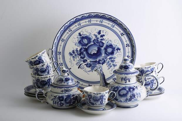 Композиции из посуды расписывают единым сюжетом / Фото: gaidi.ru