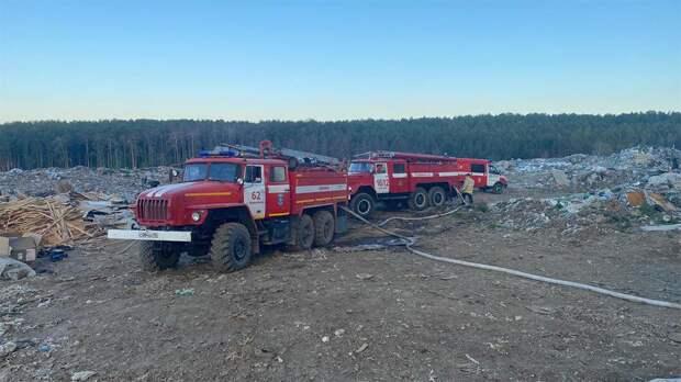 Мусорный полигон загорелся на площади 600 кв. метров на Урале