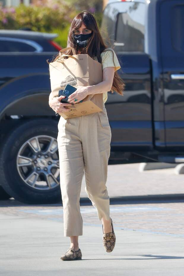 Редкий выход: Дакота Джонсон в идеальных летних брюках и с резинкой для волос вместо браслета