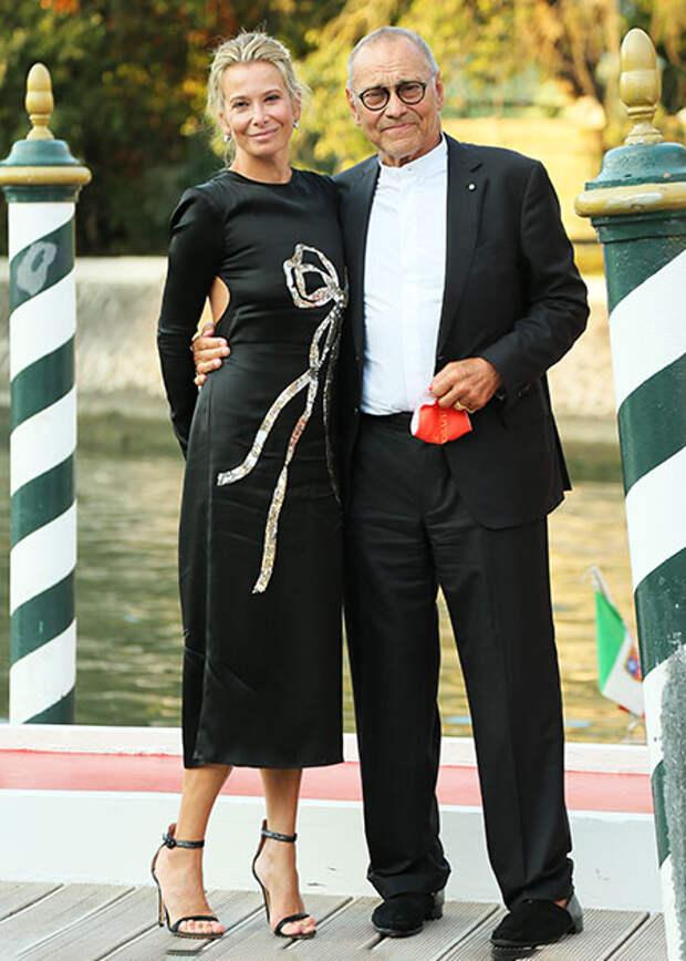 """Андрей Кончаловский и Юлия Высоцкая с сыном Петром на премьере фильма """"Дорогие товарищи!"""" в Венеции"""