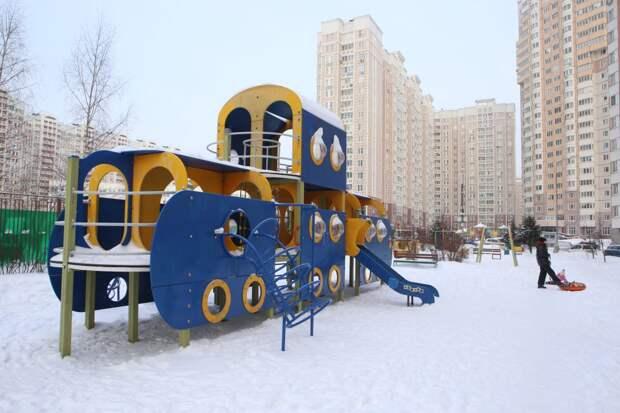 На проспекте Защитников Москвы починили детский игровой комплекс