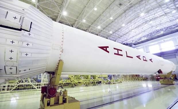 """На фото: макет ракеты-носителей """"Ангара"""""""