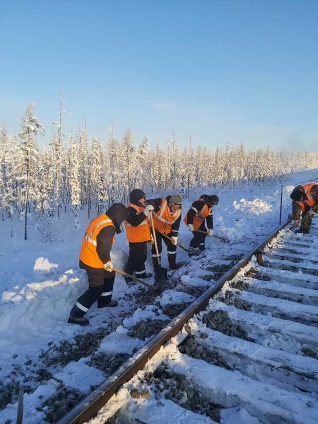 Зима, а путейцы все в работе
