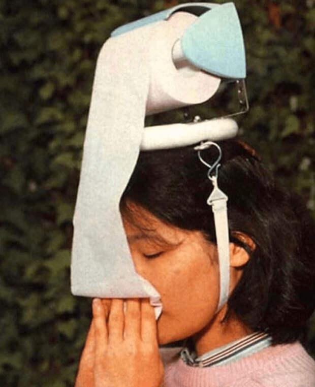 рулон туалетной бумаги на голове у девушки