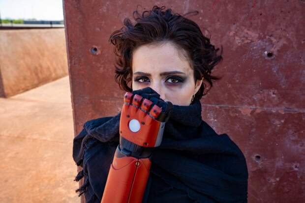 Девушка получила реальный протез руки из Metal Gear Solid 5 — Konami одобрила