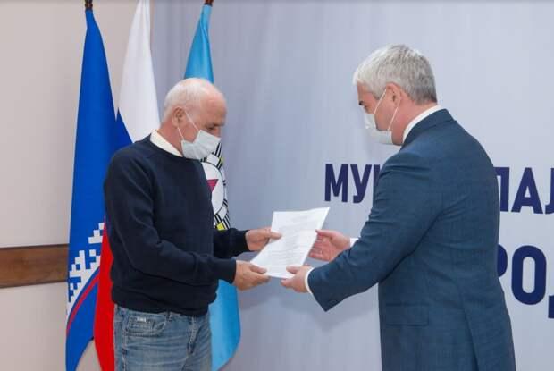 В Ноябрьске началось вручение сертификатов на переселение из ветхого и аварийного жилья за пределы Ямала