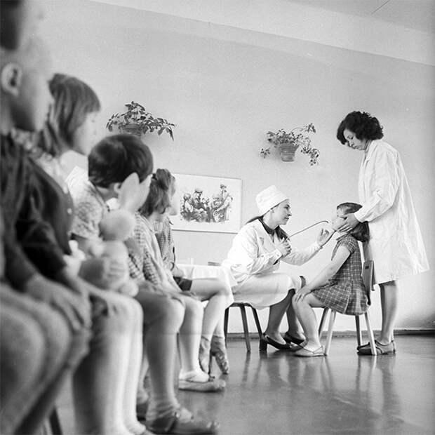 Профилактическая вакцинация детей против гриппа в одном из детских садов. Вакцина разработана Ленинградским институтом эпидемиологии и микробиологии им. Л. Пастера. 1970-е.