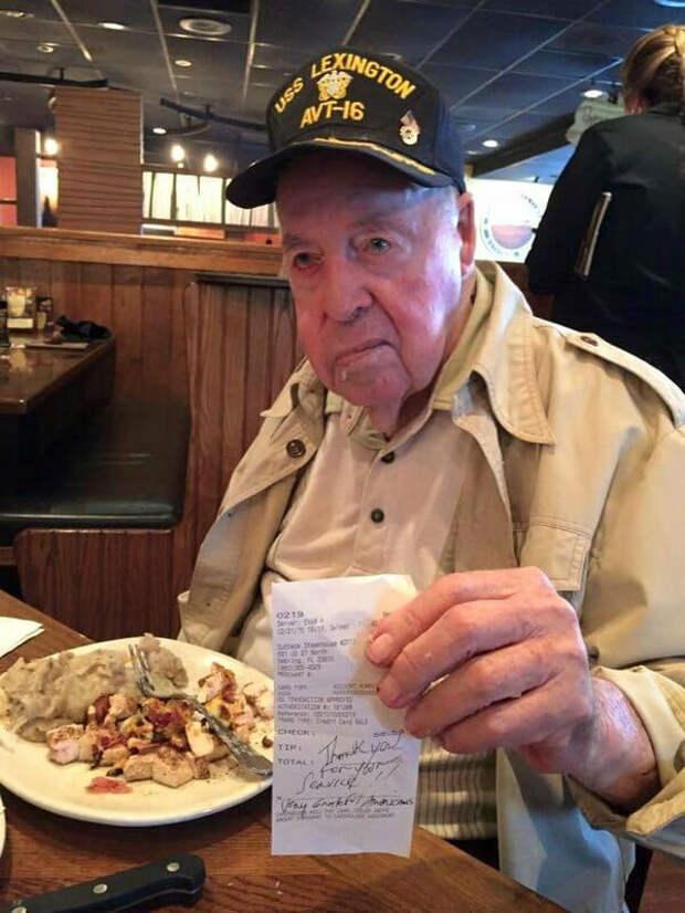 Официантка много лет обслуживала сварливого клиента. Однажды он отблагодарил: передал 50 тысяч долларов