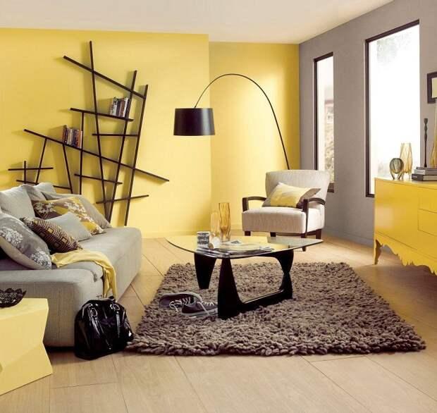 Очень красивое решение для преображения гостиной в желто-серых тонах, что по максимуму вдохновит.