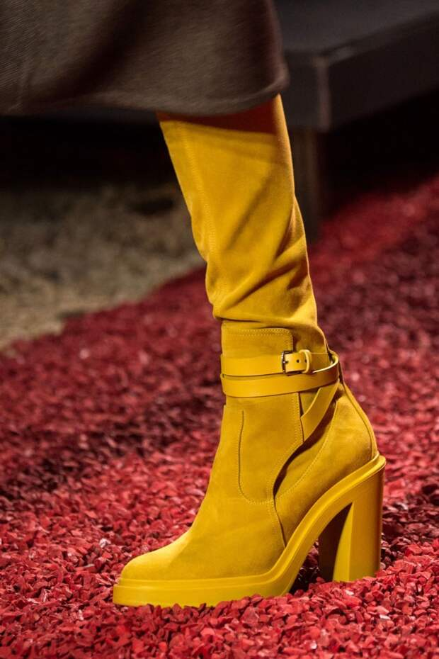 Ярко-желтые сапоги Hermes. Модная обувь осень-зима 2018-2019