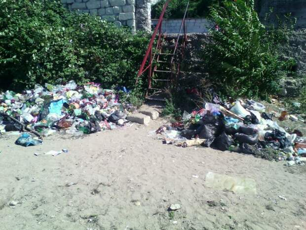 На севастопольских пляжах люди маскируются под мусор (фото)
