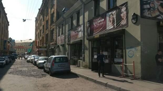 Незаконные прилавки начали демонтировать в петербургском Апраксином дворе