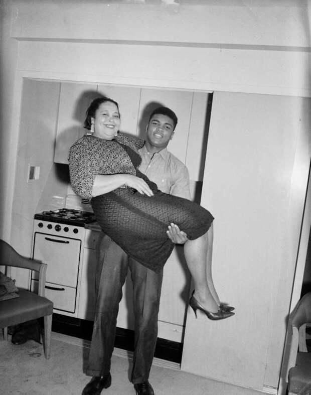 Мохаммед Али поднимает свою мать Одессу Грейди Клэй, 1963 год