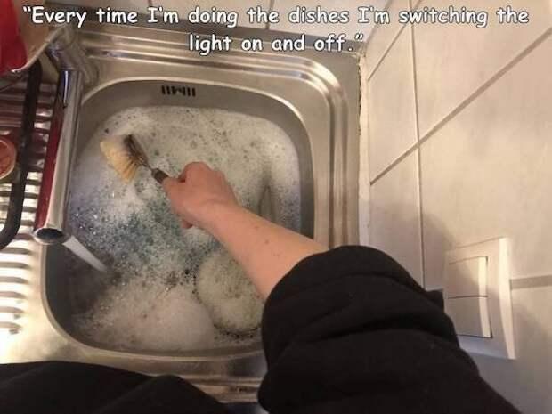 """21. """"Каждый раз, когда я мою посуду, я включаю/выключаю свет"""""""