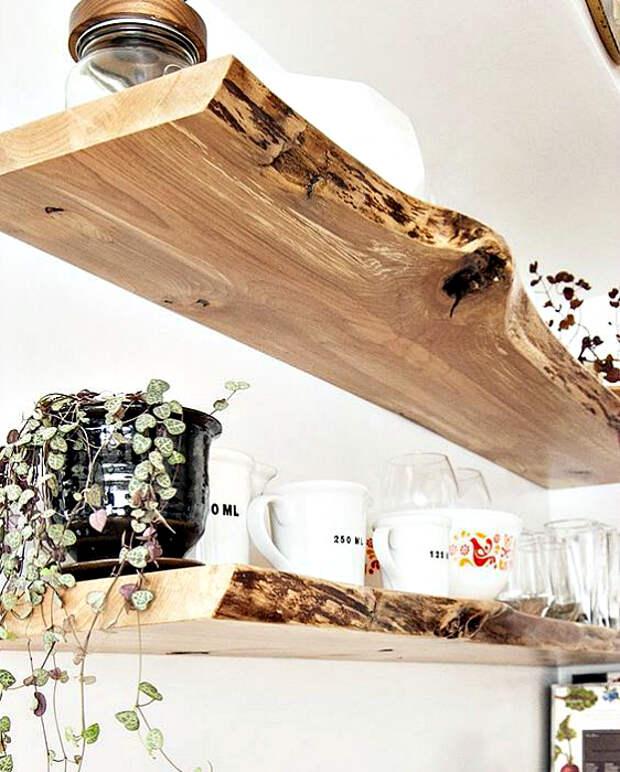 Полки из необработанной древесины.