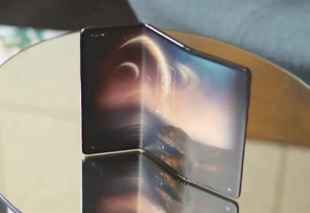 Компания TCL показала складной смартфон-гармошку