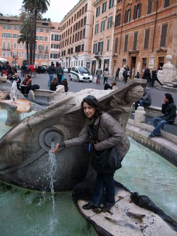 Фонтан Старая Лодка в Риме.