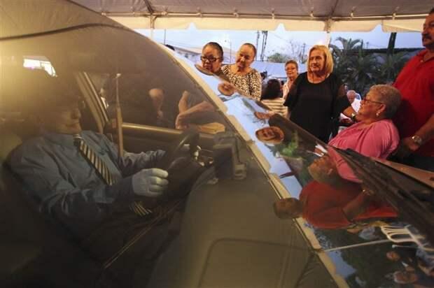 Похороны таксиста Виктора Переса Кардоны, сидящего за рулем своего любимого автомобиля жизнь, интересные, фото