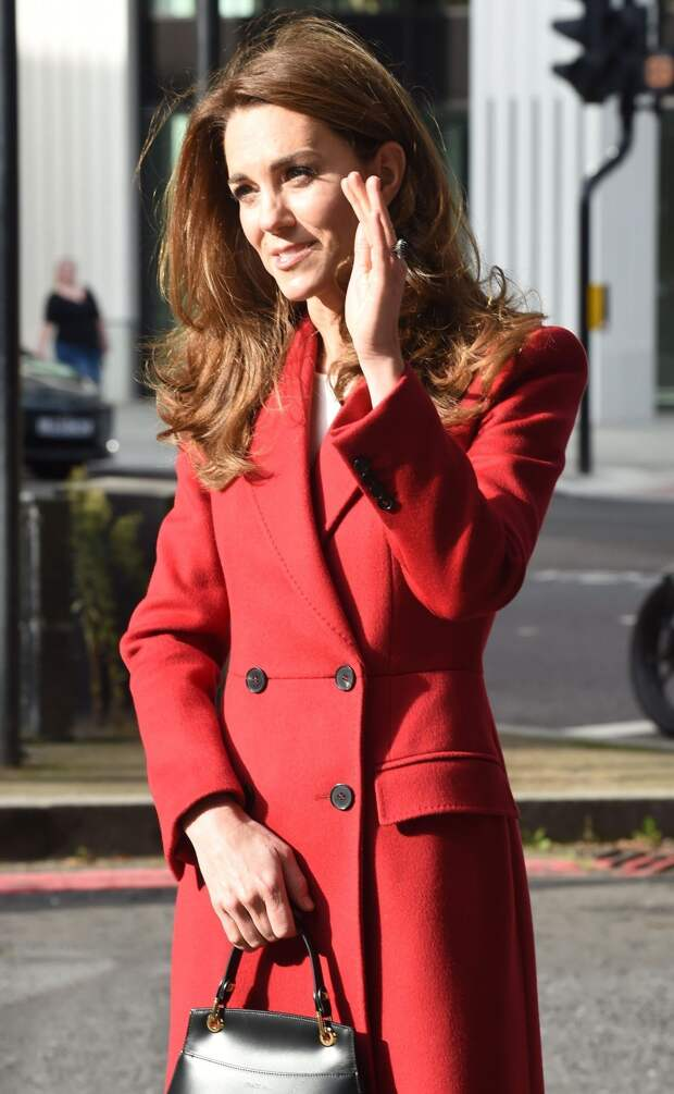 Красная верхняя одежда – тренд осени 2020: берем пример с Кейт Миддлтон и Екатерины Варнавы