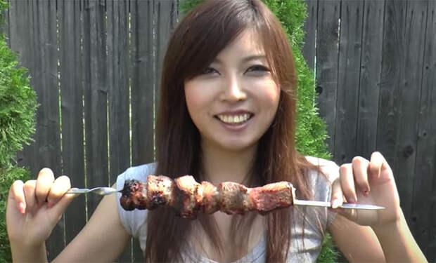 Японка поехала на дачу и решила попробовать русский шашлык