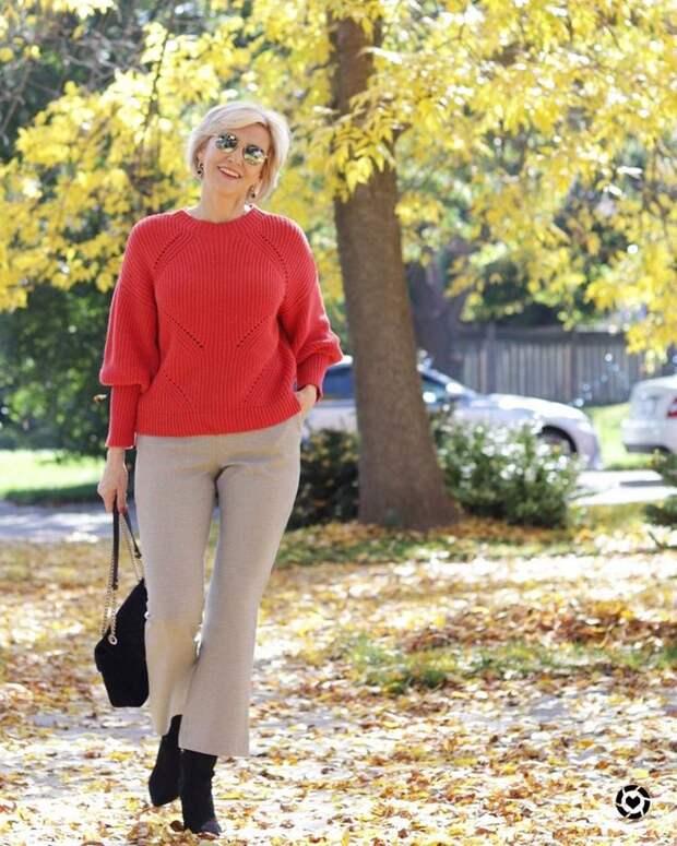 Свитер и готовые образы для женщин 45+, как и с чем его носить