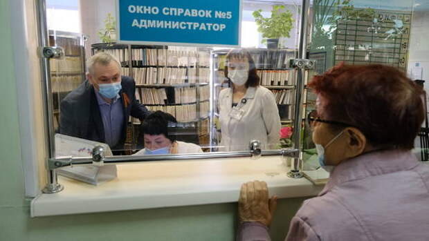 Вакцинация и приём без сбоев: губернатор Новосибирской области проверил работу поликлиник в праздники