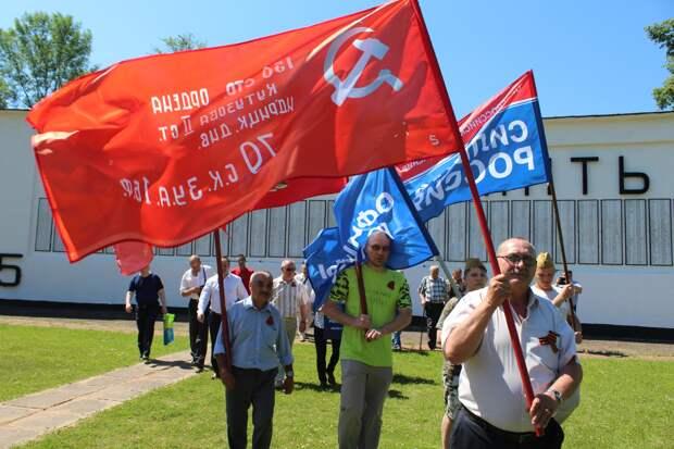 На домах ветеранов в Тверской области установили Знамя Победы