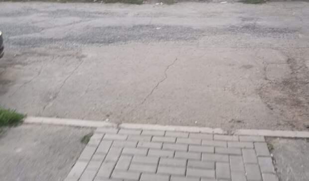 Жители улицы Холмогорова в Ижевске просят сделать удобные для инвалидов тротуары