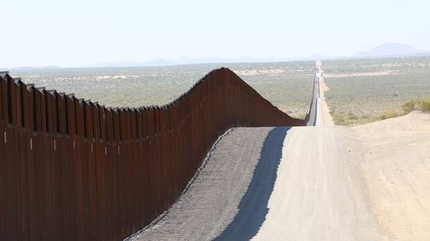 Житель США пропускает поток нелегальных мигрантов через собственную границу