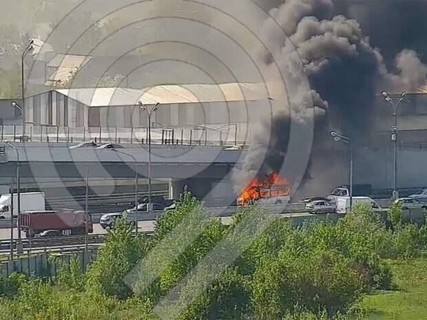 На 55-м километре МКАД затруднено движение из-за загоревшегося автомобиля