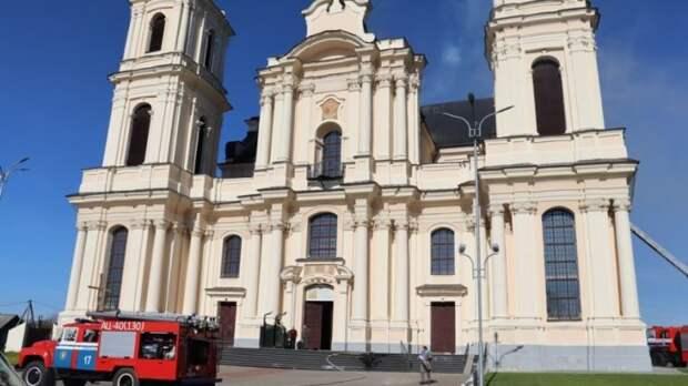 В Беларуси чуть не сгорел древнейший костел: святыни спасены