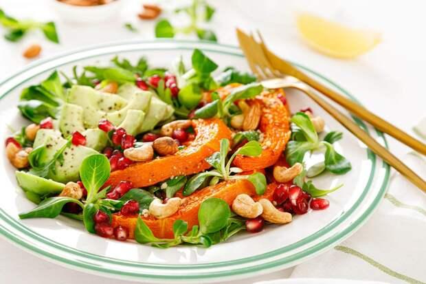 Салат с тыквой, авокадо и миндальными орехами
