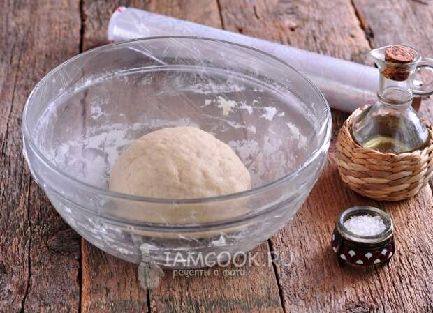 Накрыть тесто пищевой пленкой