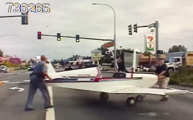 Топ-видео: самолет приземляется прямо на оживленное шоссе