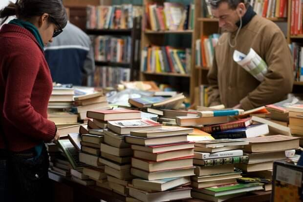 Минпромторг предложил запретить фотографировать книги в магазинах до покупки